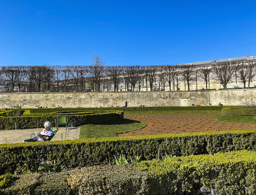 solitude and sun sole woman comfortably seated,reading,Jardin des Tuileries