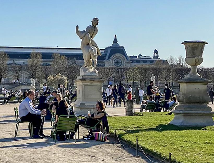 Social meeting in the Jardin des Tuileries